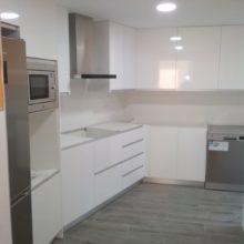 Cocina Blanco brillo paredes curvadas.
